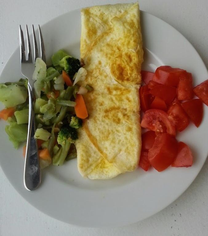 I <3 breakfast! Egg whites, tomato and frozen veggies.